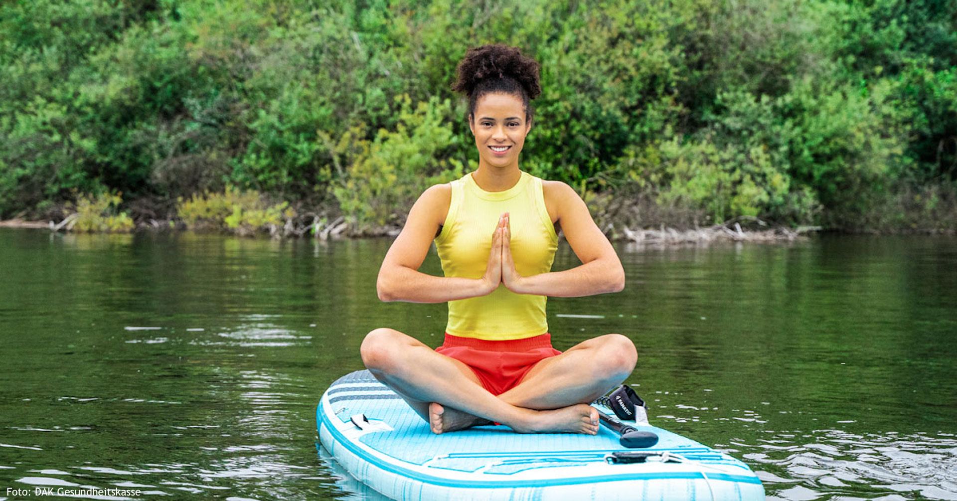 Marie-Laurence Jungfleisch entspannt beim SUP Yoga